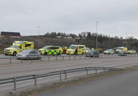 STO IKKE TIL Å REDDE: Nødetatene rykket ut med store mannskaper, men sjåføren ble bekreftet omkommet etter kort tid.
