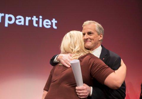 Ap-leder Jonas Gahr Støre får en klem av Kjersti Stenseng på Arbeiderpartiets valgvake i Folkets Hus i Oslo mandag. Foto: Vidar Ruud / NTB scanpix.