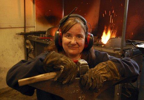 Eit nytt yrke: Kari Hanne Pavenstädt (52) vil leve eit anna liv. På sin veg mot målet lærer ho smiing på Dovre. Det fører slektsarven vidare. På farsida har det nemleg vore smedar i fleire generasjonar.