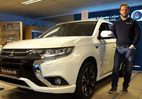 UTVIDET GARANTI: Salgsleder Thomas Kristiansen har solgt mange Outlander PHEV biler siden den ble lansert i 2013. Nå håper han på å levere enda flere med den beste nybilgarantien distriktets bilforhandlere kan tilby.