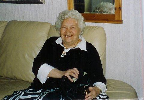 GLEMTE GRØTEN: Ikke hadde fortalt Evelyn om grøten nissen på låven skulle ha. Det satte fjøsnissen lite pris på! Hun var 20 år da hun tjenstegjorde i Bjoneroa. Sønnen Terje har sendt oss dette bildet av sin nå avdøde mor.