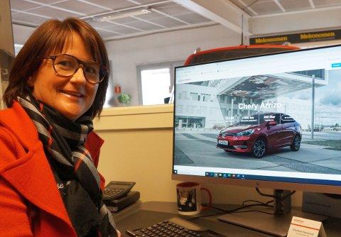 ELEKTRISK KINESER: Hun nølte ikke lenge da det ble kjent at den kinesiske elbilen Chery skulle importeres til Norge. Den 30. oktobet påførte hun signaturen sin på forhandlerkontrakten og  er nå formelt Chery-forhandler og første bilbutikk på Hadeland som forhandler av et bilmerke fra Kina.