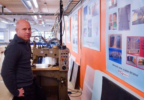 NYE PRODUKTER: Driftsleder Odd Snellingen med bilder av nye produkter PVC Products lager i Brandbu.