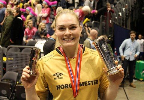 En meget fornøyd Pernille Wang Skaug kunne vise frem både kongepokalen og hennes bredeste smil etter seieren i NM-finalen.