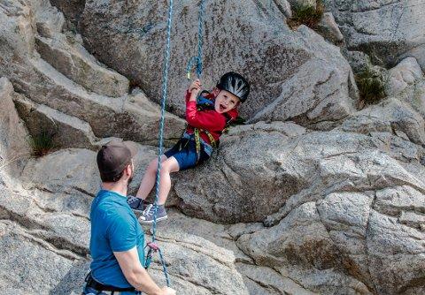 RUTER FOR ALLE ALDRE: Varg Winters (3) hadde det gøy under klatringen.