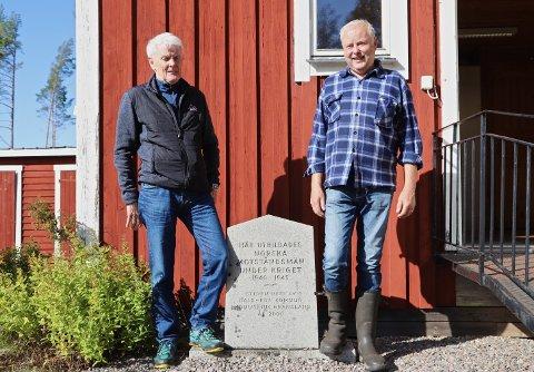 I FORELDRENES FOTSPOR: Kåre Backe (t.v) og Conny Olsson utenfor misjonshuset som har fått navnet Rävlyckan etter krigen. Her står minnesteinen som ble avduket i år 2000.