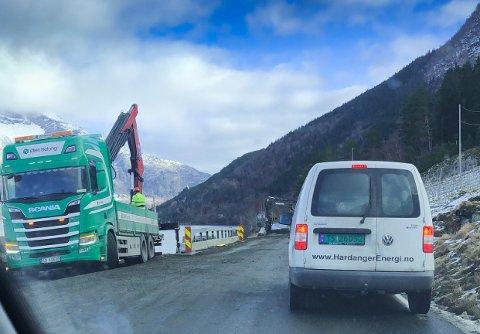 Mesta arbeider med kantforsterking og skal få opp nytt rekkverk mellom Ringøy og Bjotveit. Foto: Ernst Olsen