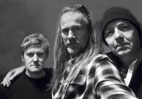 HARDTSLÅENDE TRIO: Bjørn Berge (i midten) har kalenderen full med Vamp-konserter, men han har også tid til sin egen trio sammen med Kjetil Ulland (t.v.) og Vidar Støyva. FOTO: BJØRN BERGE (SELFIE)