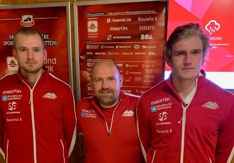 KLARE FOR VARD: Aleksander Gundersen (t.v.) og Daniel Aarås sammen med Vard-trener Kolbjørn Fosen (i midten).
