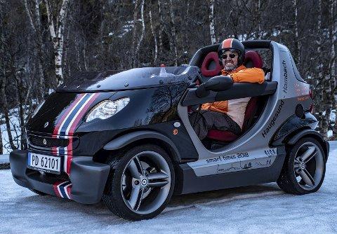 Gleder seg: Kjell Ove Nielsen fra Åkrehamn i en av sine Smart-biler.  Foto: Privat