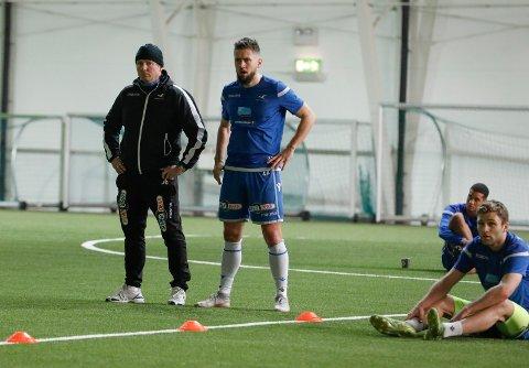 FRISK OG RASK: - Det kommer seg, sier Alexander Stølås, som endelig er tilbake etter langvarig skade. Her sammen med FKH-trener Jostein Grindhaug på trening i fjor.
