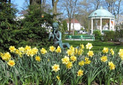 """Billedtekst 4: """"Fløytespilleren"""" heter skulpturen som vi finner i det sørvestre hjørne av Byparken."""