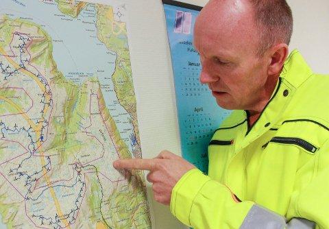 Ørjan Rosvold, prosjektleder Eolus Vind, viser hvor det etter planen IKKE skal plasseres vindmøller.