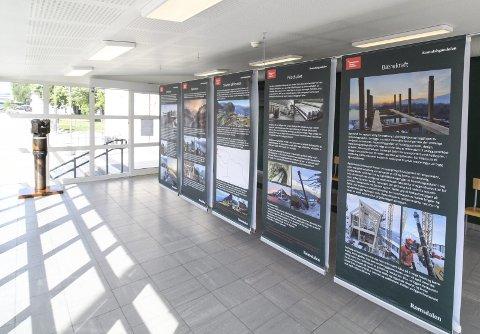 UTSTILLING: Det står en utstilling på jernbanestasjonen som viser hva som har skjedd under bygginga, og historien bak.