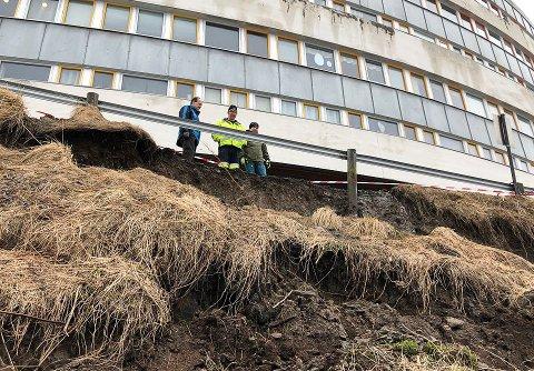 FØLGER MED: Egil Svendsen, Viggo Eriksen og Jon Arvid Kåsereff ser an situasjonen ved Hesteskoblokka Bybo.