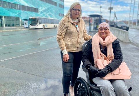 FIKK IKKE HJELP: Bussjåføren mente han ikke kunne ta ut rullestolrampa da kreftsyke Marit Johanne Nordheim (til høyre) og venninnen Kathrin Tunheim skulle på bussen. Men Tide sier de ikke har slike korona-regler.