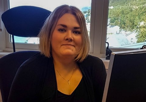 FRYKTER SENTRALISERING: Gøril Henriksen, varaordfører i Loppa kommune, frykter at dette bare er første steget mot sentralisering: – Jeg er redd dette bare er første steget på veien mot nedleggelse av NAV-kontoret her i Øksfjord. Se bare på hva som skjedde med sparebanken, advarer hun.