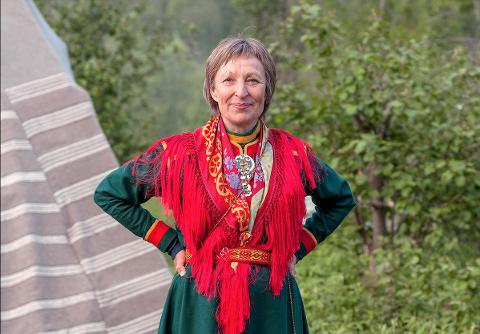 SAME: Jorun Murberg Spaun har samisk mor fra Skånland og samisk far fra Kvalsund. Her i kofta fra Sør-Troms/ Ofoten. Nylig sydde hun seg også Kvalsund-kofta