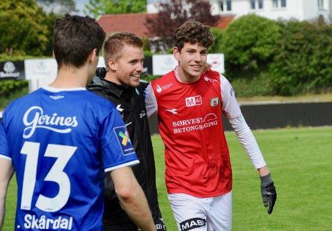 ETT POENG: Trener Even Sel gratulerer Daniel Seland Karlsbakk rett etter kampslutt.