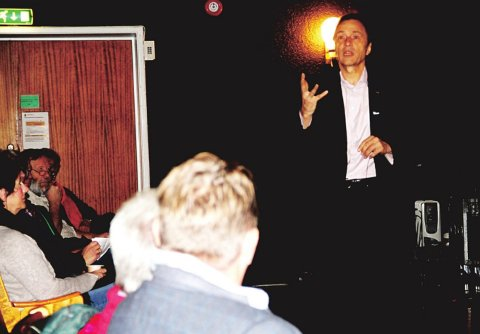 BEGEISTRET: Audun Myskja hadde et 150-talls tilhørere i sin hule hånd sist han snakket om forskningen sin på Biorama. Torsdag er han tilbake. (Arkivfoto)