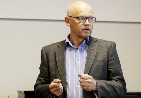 Skrøt av Holmestrand og Sande: Hans Hilding Hønsvall (KrF), leder av hovedutvalget for samferdsel og areal i Vestfold fylkeskommune i biblioteket torsdag. Foto: Pål Nordby