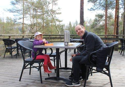 Serine Schrøder Eide og pappa Ole Botnen Eide var noen av gjestene i Den Lille Dyrehage 1. mai.