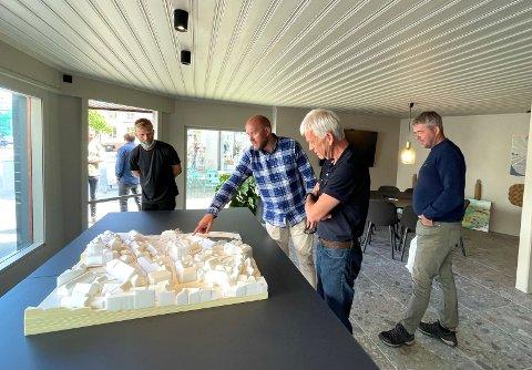 VISJON: Eiendomssjef Eirik Hagen i Fredensborg Kragerø AS viser fram 3D-modellen av Tollbodenkvartalet og sentrum for øvrig. Til venstre står kommunestyrerepresentant Thorbjørn Amundsen Sørheim (KrF), til høyre banksjef for strategi og utvikling Jon Guste-Pedersen ved Skagerrak Sparebank og Fredensborgs prosjektleder Knut Henning Buen. Modellen kan beskues hos visningssenteret i Torvgata 5.