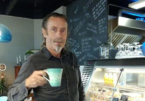 KAFFIKOPP: Tullekoppen Lars Slettebø fotografert i meir sekulære krinsar, nærare bestemt på ein kafé på Bømlo tysdag morgon. (Privat foto).