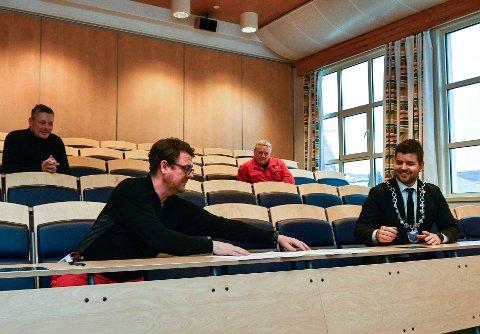 I januar signerte fabrikksjef Johan Berg (t.v.) og ordførar Hans Inge Myrvold (t.h.) ein samarbeidsavtale mellom Hydro og kommunen om Newton-rommet. No lyser kommunen etter lærarar.