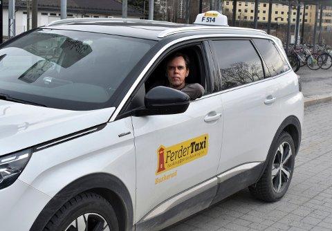 HAR TAPT MYE PENGER: Tommy Trosthoel har det siste året hatt mange timer i taxien uten kunder til stede. Han betegner reduksjonen i inntektene som enorm siden pandemien brøt ut.