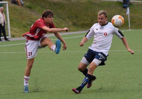 FYRER LØS: KIFs Sondre Gundersen Hakavik (t.v.) i aksjon mot Modum FK fredag kveld. ALLE FOTO: OLE JOHN HOSTVEDT
