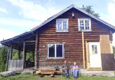 Hjemme: Rolf og Erna Frostad har satt seg godt til rette foran det gamle huset, Lamyr i Merenmarka.