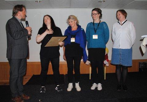 Bjørn Brunborg ved RKBU Vest deler ut prisen til (f.v.) Hege Lesteberg, Solvi Laupstad, Trine Arntsen og Marit Helgesen i Vågan kommune.