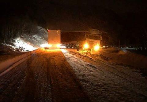 FAST: Et av vogntogene står fortsatt fast i Sjurbakkan