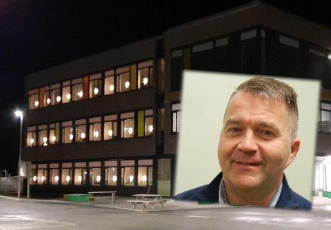 Rektor ved Vest-Lofoten videregående skole, Kim Unstad, sier til Lofotposten at det akkurat er nok plass til å drive skole på rødt nivå, med alle elevene til stede på skolen.