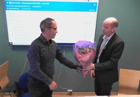 Flakstad-ordfører Trond Kroken takket rådmann Erling Sandnes for sju års tjeneste i tirsdagens kommunestyremøte.
