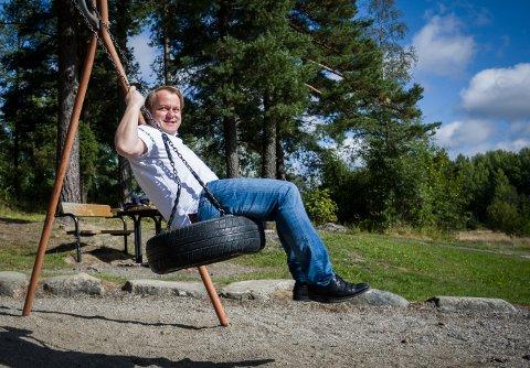 Politikerportrett med Erlend Wiborg (FrP). Han svinger seg i huskene på Våk skole i Våler.
