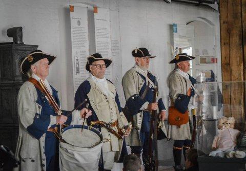 SOM I GAMLE DAGER: - Vi forestiller soldatene til kong Fredrik den fjerde i 1704. Klærne, våpene og utstyret er sånn som det så ut i 1704, sier Normann