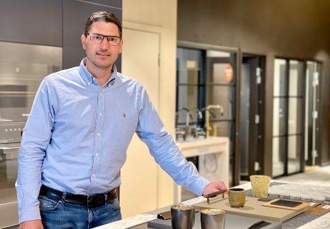 FORNØYD: Daglig leder ved Drømmekjøkkenet Moss, Stian Håvak-Arnesen (32), selger kjøkken i hopetall.