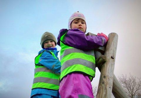 TRAMPOLINE SLÅR AN: Mathias Oskar Williksen (5) og Charlotte Ofstad (5) var lett å glede da de fikk høre om planene som foreligger for Velparken i Rørvik sentrum. De gikk rett til topps i det eneste klatrestativet som i dag står i parken.