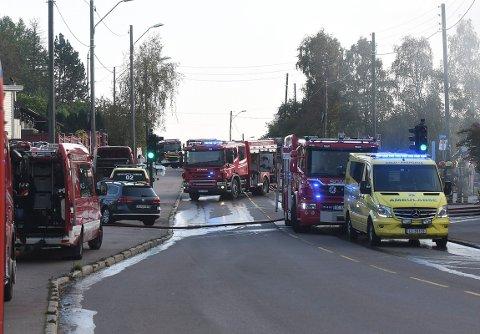 TRAFIKK-KORK: Politiet stengte av deler av Enebakkveien i forbindelse med brannen. Det førte til kø på andre veier i området.