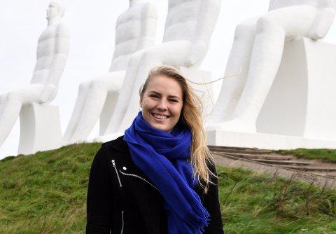 KOSER SEG I ESBJERG: Vilde Ingstad stortrives i Esbjerg. Her foran kunstverket, kalt De fire hvide mænd.