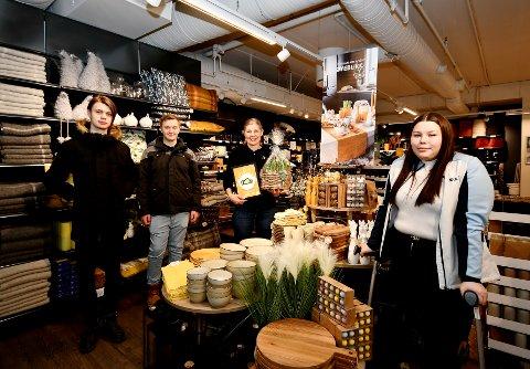 Kåring av årets påskebutikk: Jørgen Nordfjæren, Stian Nikolai Johansen, Heidi Bueie Trettengen Øiom og Sandra Nilsen.