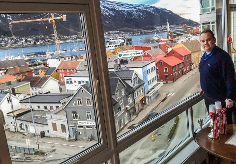 KRITISERER BYRÅDETS PLAN: - Skivebom å stenge denne veien, sier Bjørn Gunnar Jørgensen (Frp), fra en leilighet i Byporten flere meter over Skippergata, som vurderes stengt for biltrafikk.