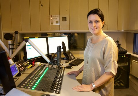 BEDRE RADIO: Distriktsredaktør Nina Einem mener folk får en bedre radiohverdag etter omleggingen. Her er hun i radiostudioet på NRK i Tromsø. Foto: Ola Solvang