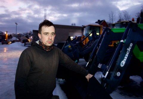 Nils Arne Hofsøy vant i januar anbudet om brøytingen. Nå har konkurrenten stevnet kommunen for retten. Foto: Ola Solvang