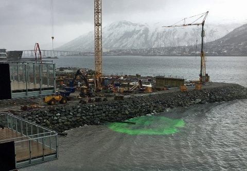 GRØNN VÆSKE: Slik så det ut ved byggeområdet tirsdag morgen.