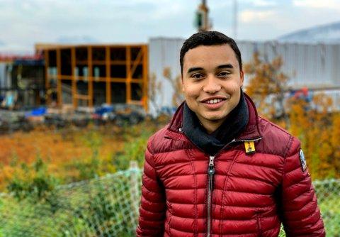 KAMPSAK: Helt fra tiden som ungdomsskoleelev har Sebastian Henriksen stått på for en ny idrettshall i sitt eget oppvekstmiljø på Kvaløya. I bakgrunnen reiser bygget til 145 millioner kroner seg.