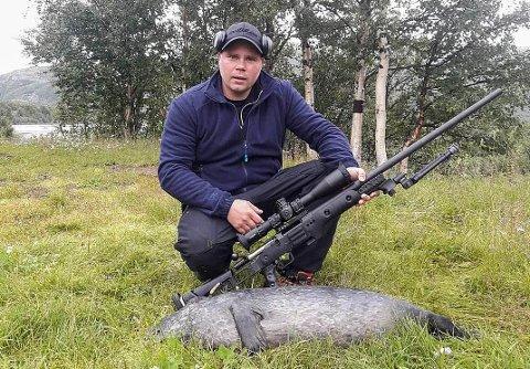 JAKTER: Jegeren presiserer at dette er et bilde fra tidligere og dermed ikke er selen som ble skutt mandag: - Men sel er sel, sier Freddy Sandmo.