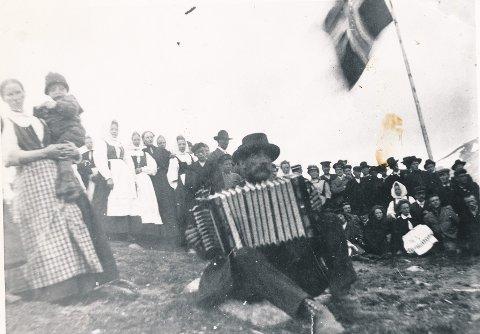 Bilde fra cirka 1905. Husmenn og arbeider møttes på fjellet for å høre foredrag og diskutere politikk.